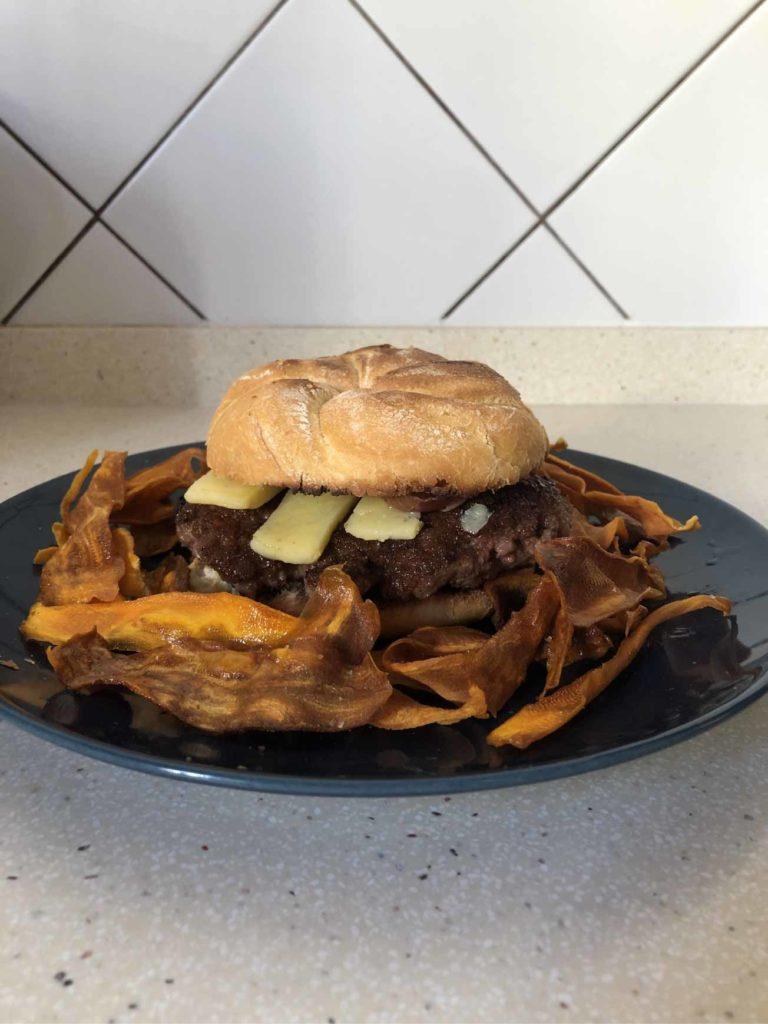 Hambuerguesa con queso chedar y chips de moniato emplatadas