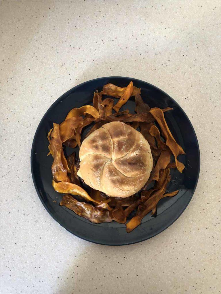 Hamburguesa con queso cheddar y chips de moniato