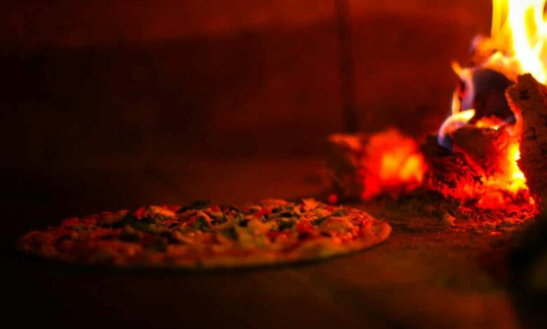 pizza al horno de leña con fuego