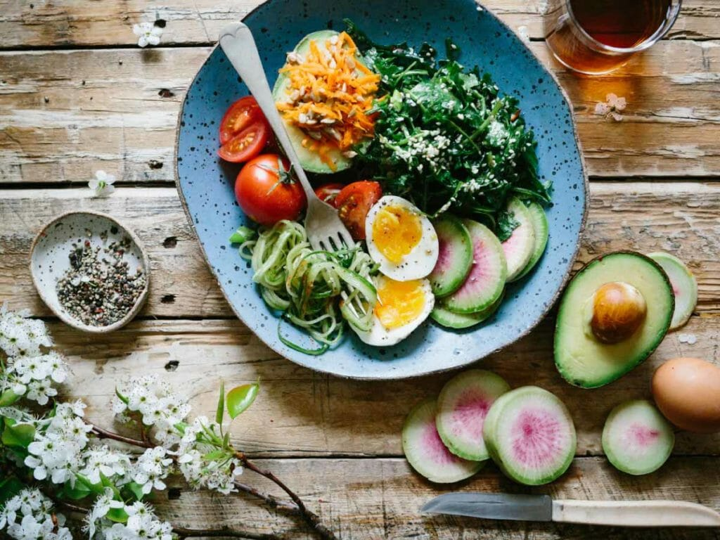 Presentación de una ensalada en una mesa de madera, trucos de cocina.