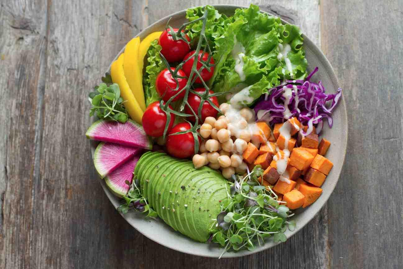 Comidas sanas y buenas presentadas en un plato
