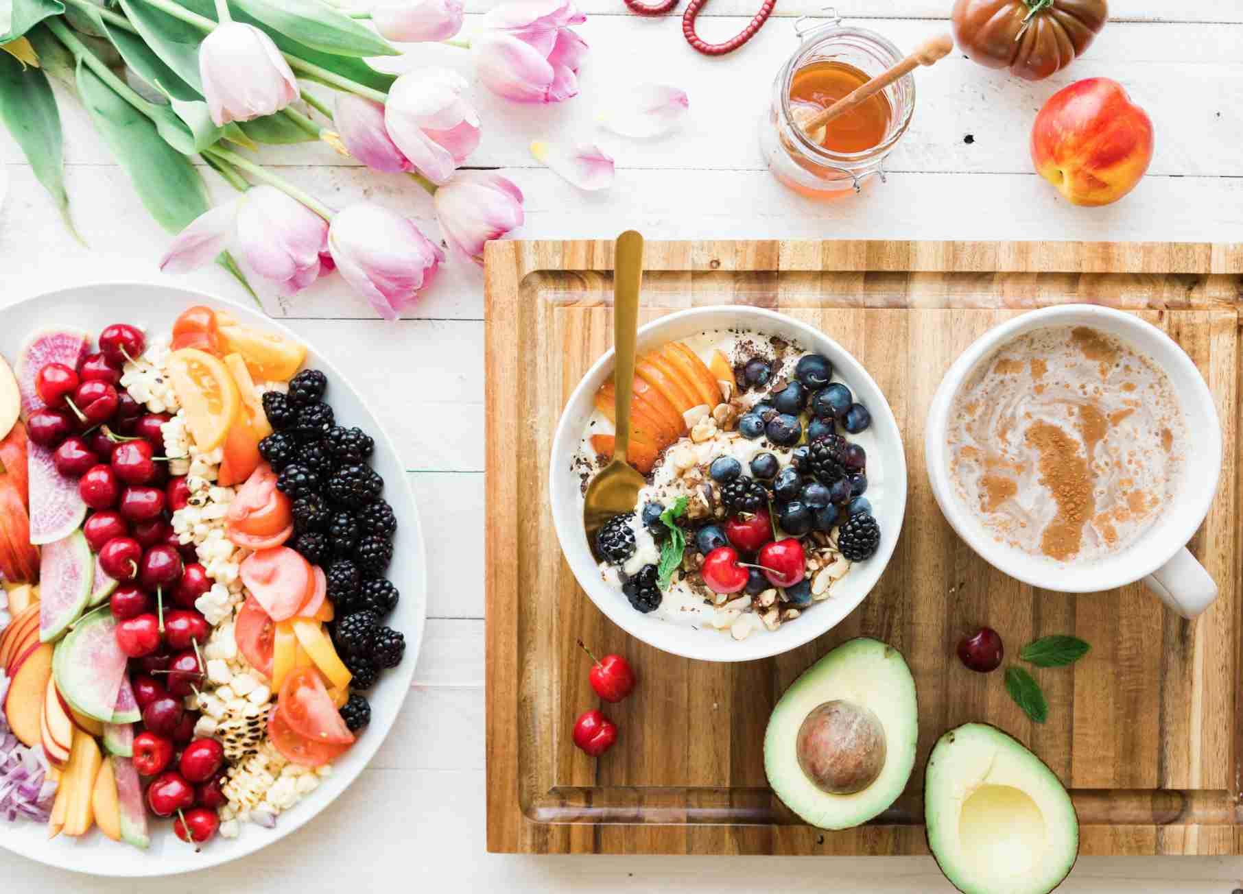 Trucos para mejorar la salud, en una mesa con diferentes frutas y zumos